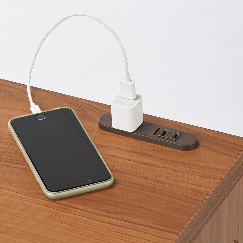 高さが選べるスタンディングデスク(幅120cm高さ100cm) 天板のコンセントは、パソコンやデスクライトの電源やスマホの充電に便利。