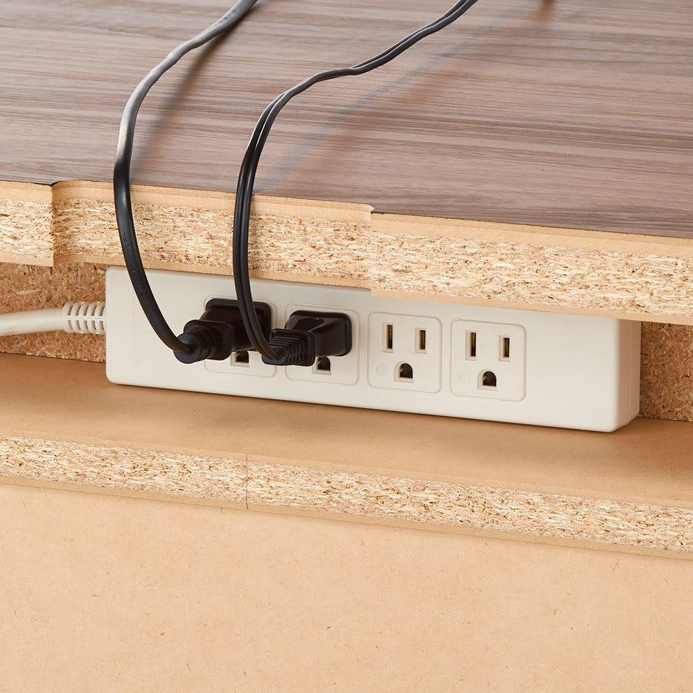 高さが選べるスタンディングデスク(幅120cm高さ100cm) コードをすっきりと配線するため、天板に配線穴と背面に電源タップ置きを設けました。