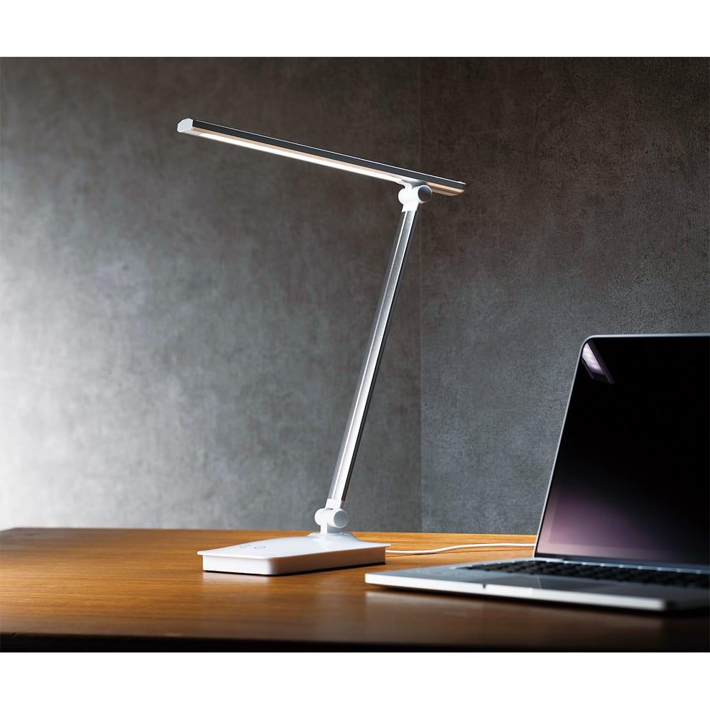 LEDデスクライト (ア)シルバー 昼白色にも電球色にも。調光3段階・調色5段階が可能。