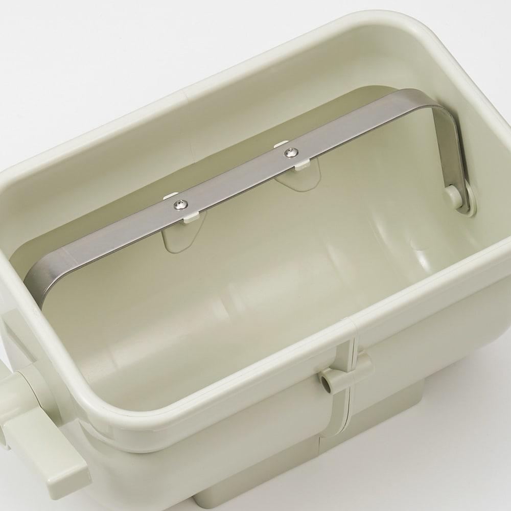 ぬか漬けを手軽に! ハンドルかき混ぜ式ぬか漬け容器 ハンドルと連動したステンレスの回転アームがぬかを攪拌します。
