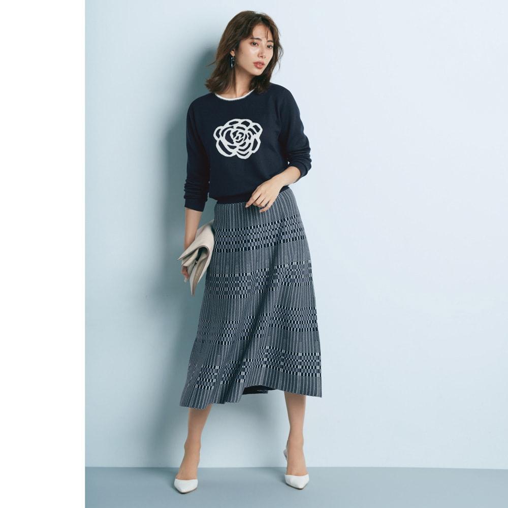 リバーシブル ニットスカート チェック柄面 しなやかな女性像を映し出す柔らかな表情のニットセットアップ コーディネート例