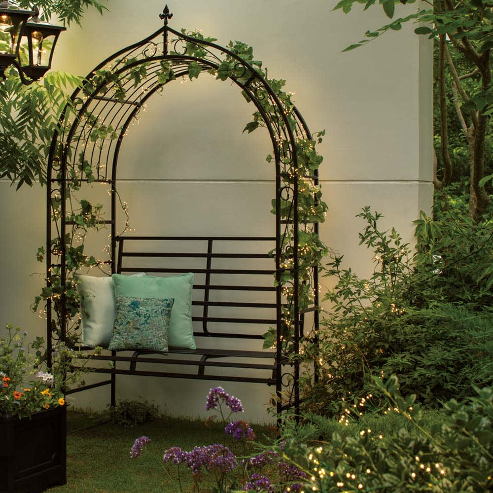 人工観葉植物ゴールドクレスト&LEDクラスターライトセット 人工観葉植物ゴールドクレスト1本180cm+ライト400球 付属のクラスターライトは、花壇に施したり、アーチやフェンスに巻き付けたりといろいろな使い方ができます。