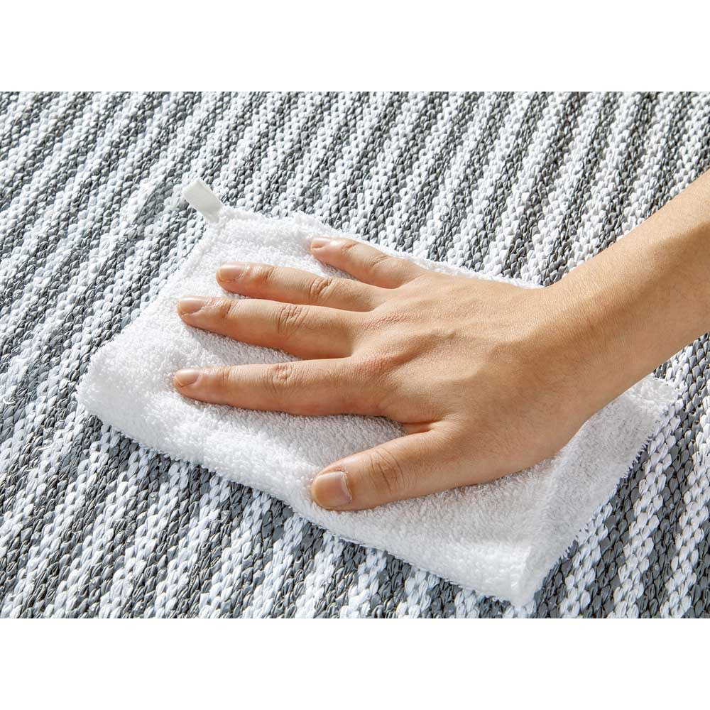 汚れが拭き取れるリバーシブルマット 56×45cm 樹脂製で、泥汚れも水で拭くだけできれいに。
