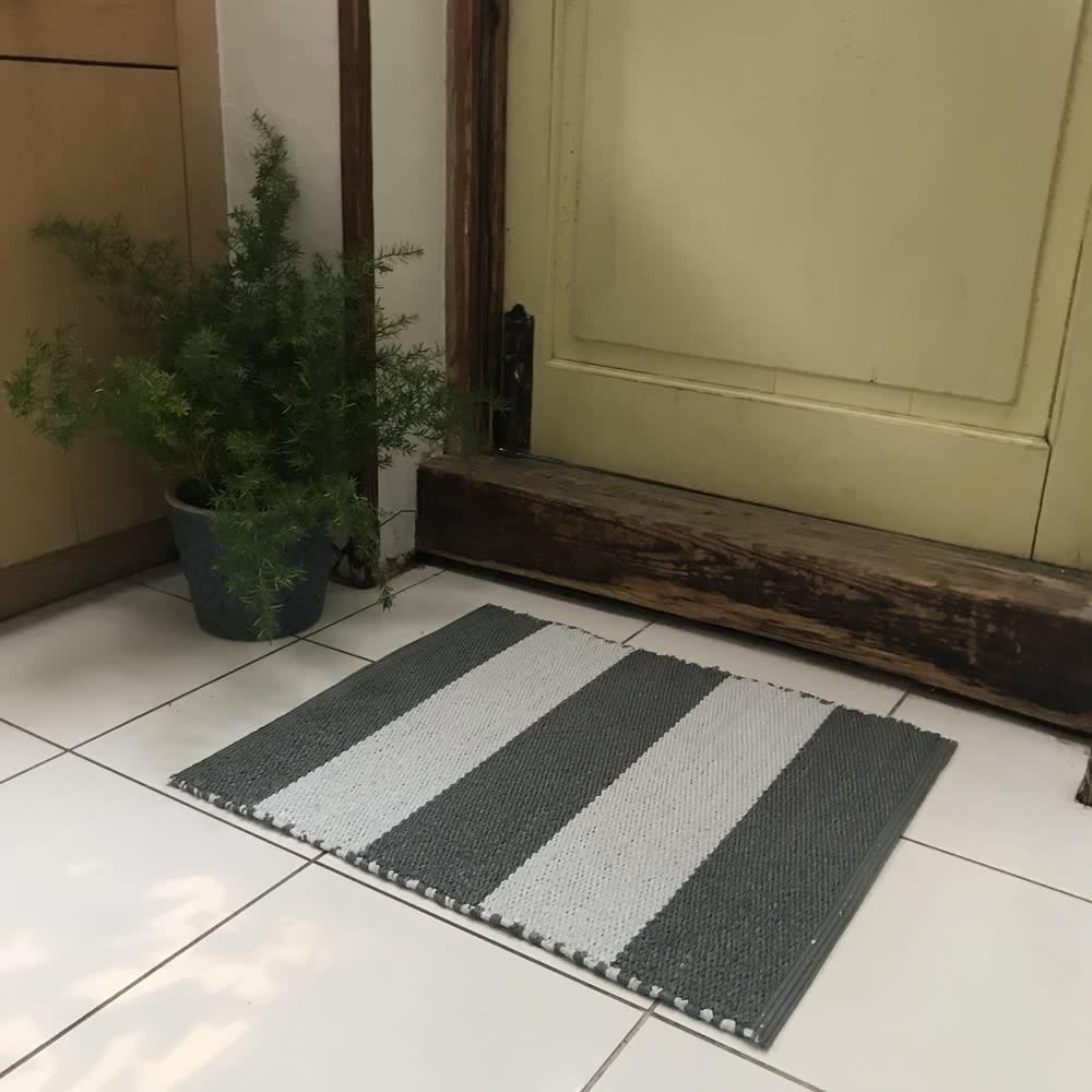 汚れが拭き取れるリバーシブルマット 56×45cm 使用例