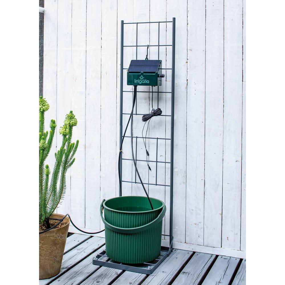 英国企画ソーラー自動灌水機 スタンドセット スタンドにバケツを、本体は上部をフックに引っかけて。省スペースに設置OK。