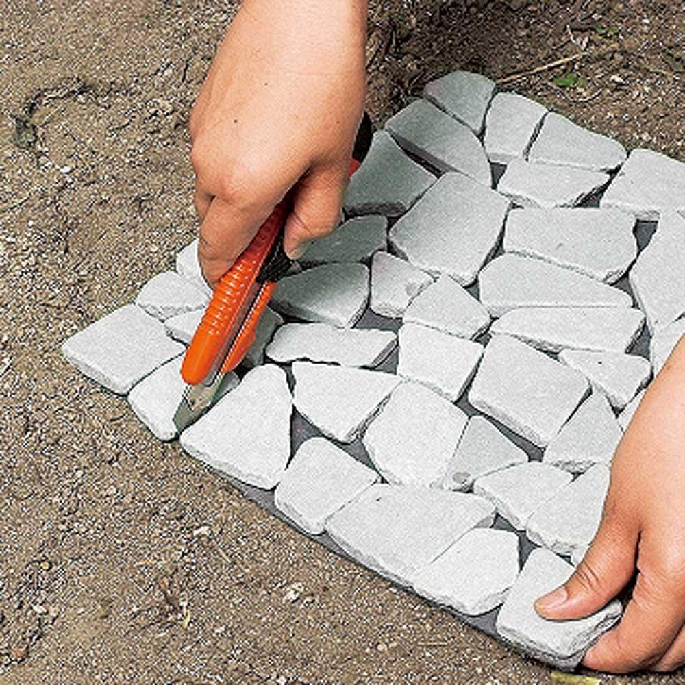 雑草が生えない天然石マットホワイト 12枚 石に沿ってカッターでカットして、設置するスペースに大きさを合わせて。