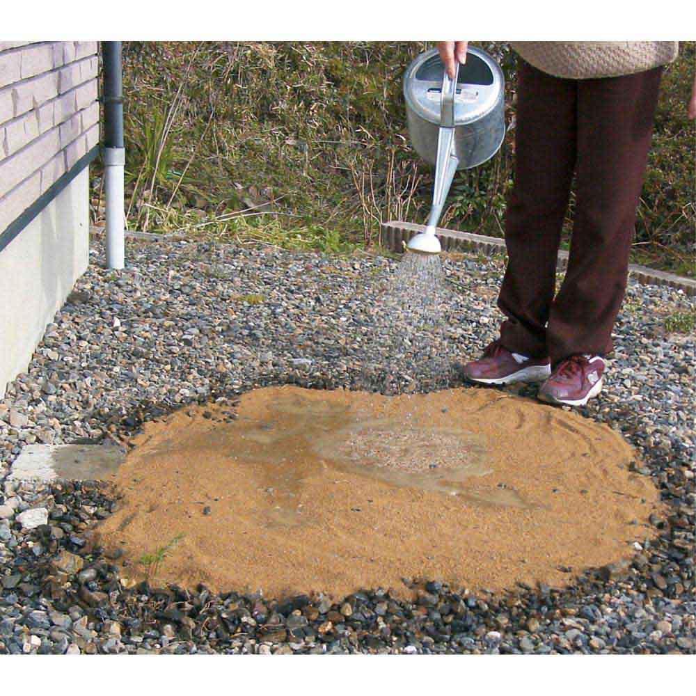 水をかけて固まる土 カチカチ君 地面に均等に敷き詰め、水をかけるだけで固まります。