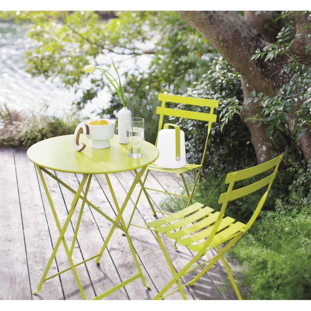 フランス製ビストロテーブル&チェア ビストロチェア2脚組 使用イメージ バーベナ テラスや庭に置いてあるだけで絵になるフランス製。可憐な花を咲かせるバーベナをイメージしたさわやかなカラーが庭の緑にマッチします。