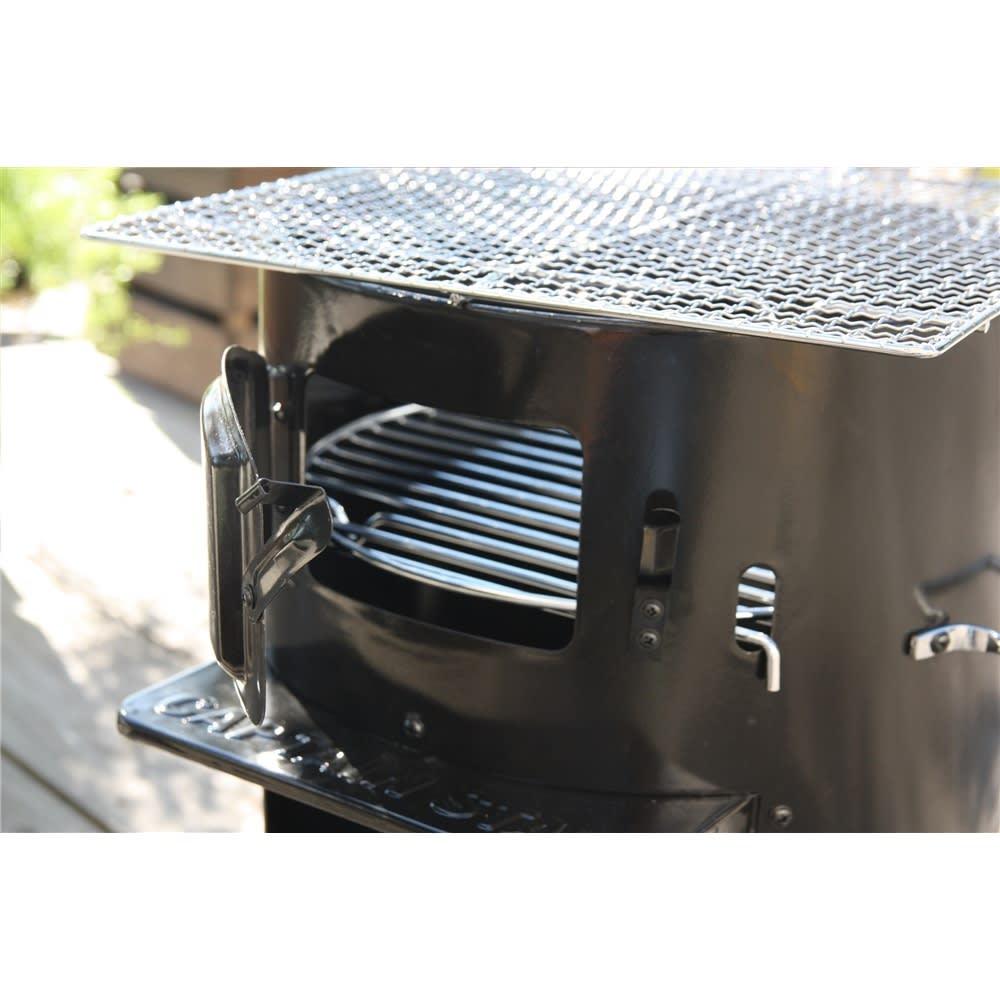 薪&炭が使える KAMADO(かまど) 炭のつぎたしに便利な専用扉付き。ダッチオーブンなど、ゆっくり調理する場合にも炭のつぎたしがラクにできます。