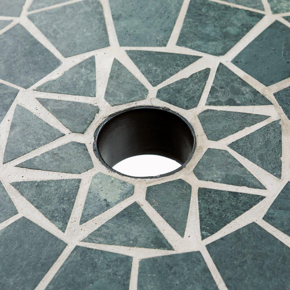 グリーンモザイクテーブル&チェア3点セット(テーブル径75+チェア2脚組) 径4cmのパラソルホール付き。