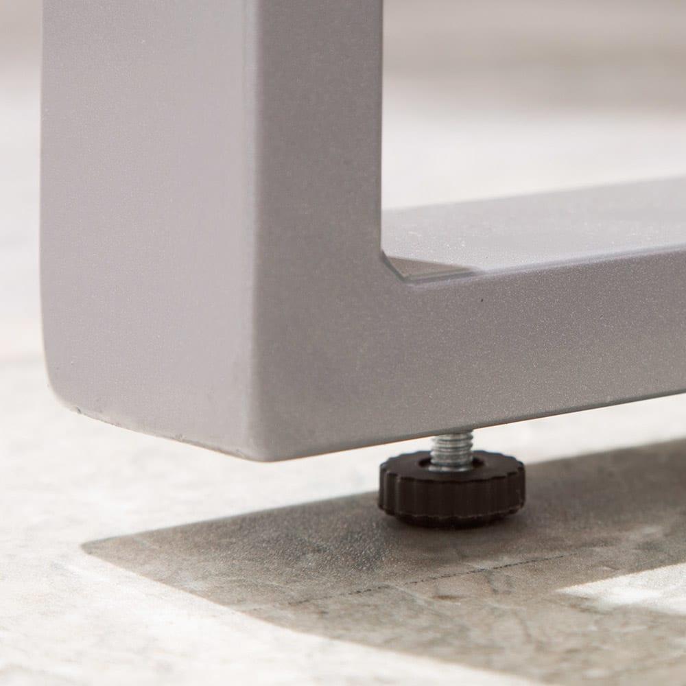 木風プラスチック&アルミファニチャー ベンチ ガタつきを抑える脚部アジャスター付き。