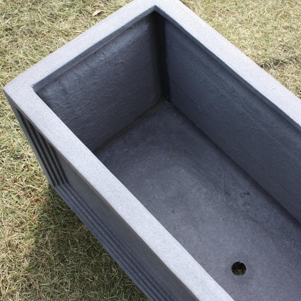 ブリティッシュ調FRPプランター キューブ L 鉢底には水抜き穴あり。※写真は横長タイプ。