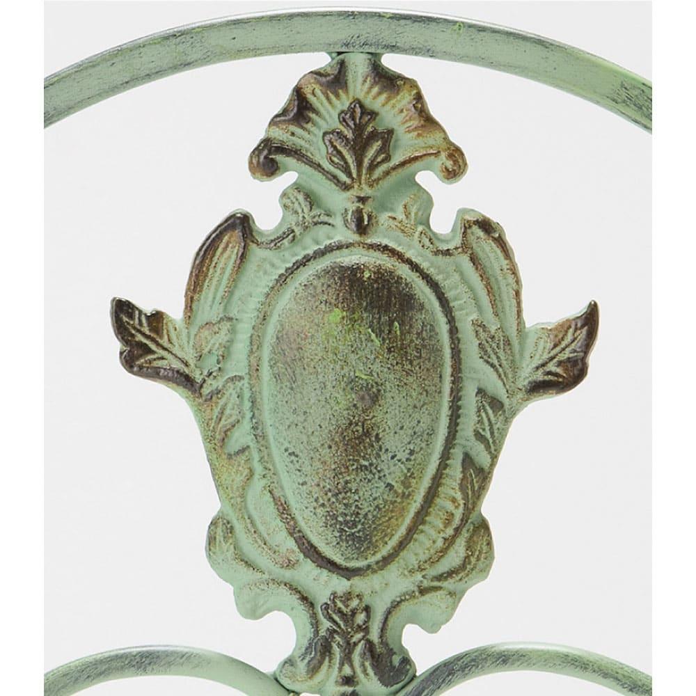 アンティーク調グリーンフェンス ロー 精緻な細工が重厚感を際立たせます。