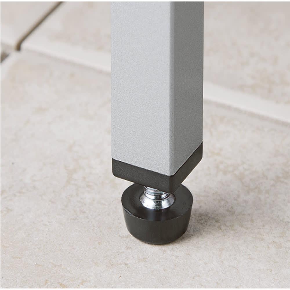 ガルバ製物置スリムタイプ 幅52.5高さ168cm アジャスター付きの脚は、設置する場所の傾斜にも対応可能。簡単に水平を保つことができます。
