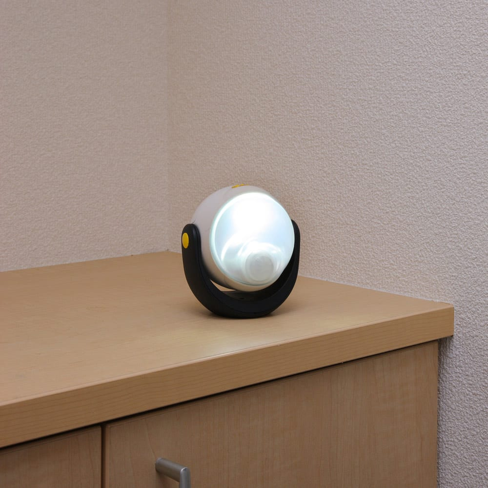 オールネイビー引き戸物置 ライト付き 大型タイプ 付属のセンサーライトは、置いて使用も可能。