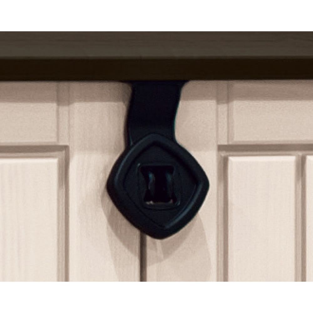 KETER(ケーター)社製大型収納庫 M 市販の南京錠でロックできます。