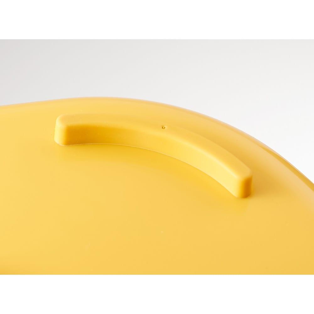 折りたたみタライ ソフトタブプラス23L 底面にはすべり止めの足付き。