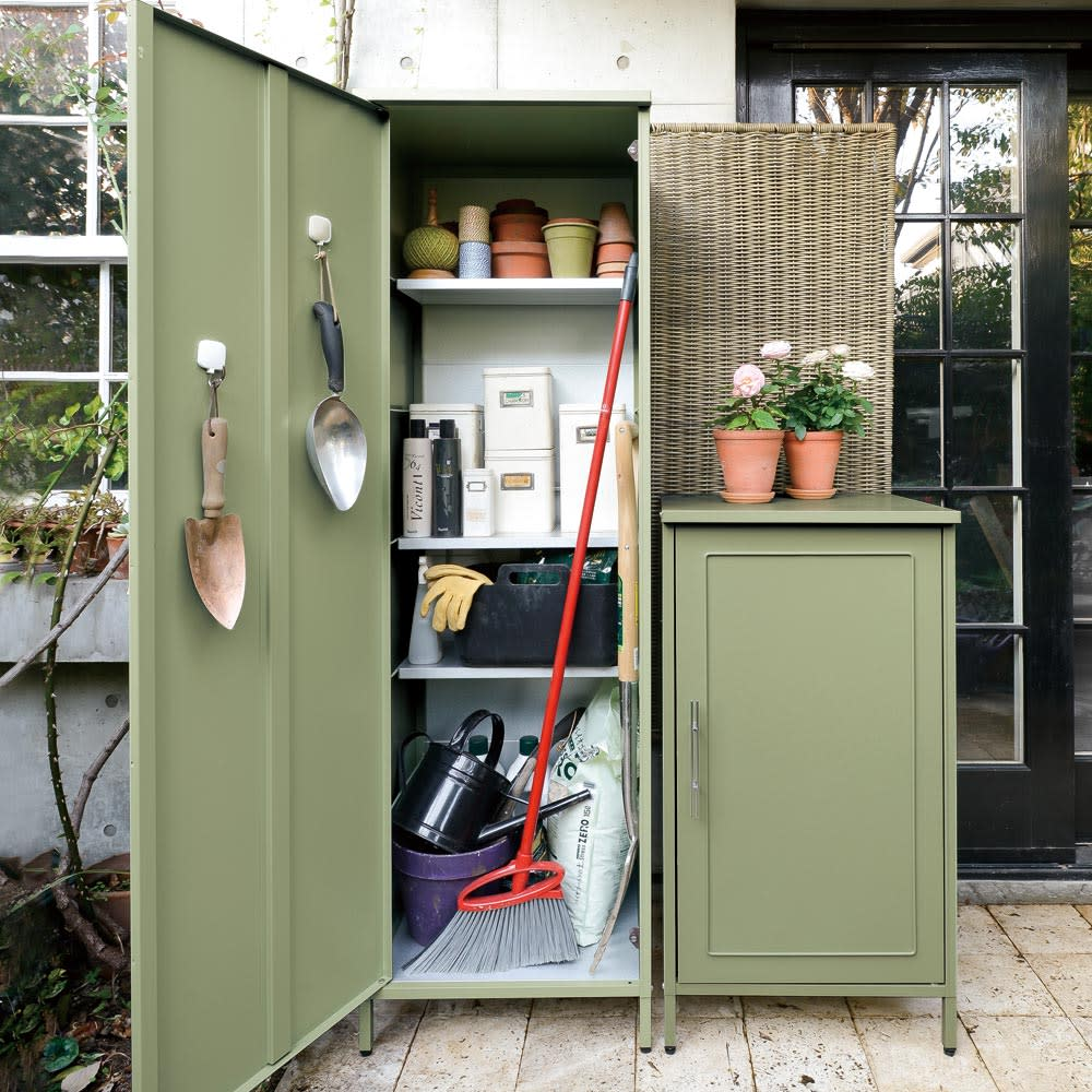 欧風スリム収納庫 高さ168cm (ア)セージグリーン スリムタイプ。わずかなスペースも収納に活用できます。棚板の手前には柄の長いツールが収納可能。