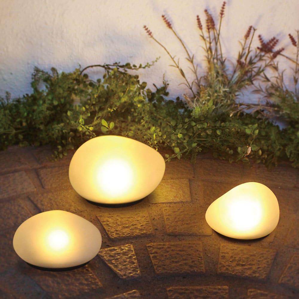 LEDソーラーストーンライト [点灯時]手前:Mサイズ×2、奥:Lサイズ