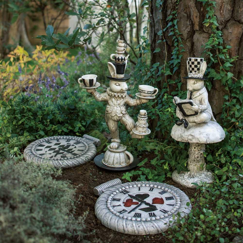 うさぎのパーティーシリーズ トランプストーン2枚組 ※お届けはストーン2枚組です。 ティーパーティーを繰り広げるうさぎたちと懐中時計のトランプストーンが、お庭に物語性をプラス。石目調のレジン素材がシックな印象です。