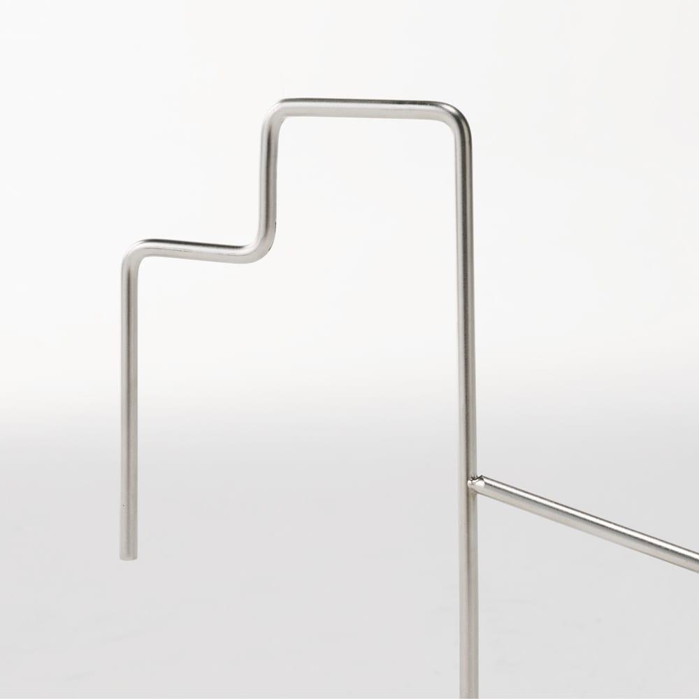 スタイリッシュなのに大容量!ステンレス製ベランダタオルハンガー 上部内寸は4.5cm、下部内寸は9cm。柵の太さに合わせて掛けられます。