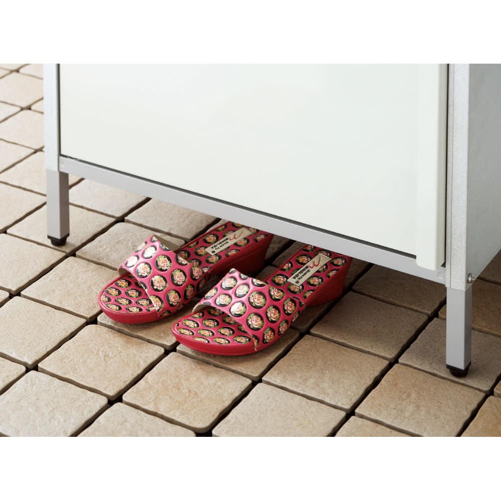 ガルバ製物置 レギュラータイプ 幅91.5高さ95cm 掃除がしやすく履物もしまえる高めの床下(約10cm)。湿気がこもるのを防ぐ効果も。
