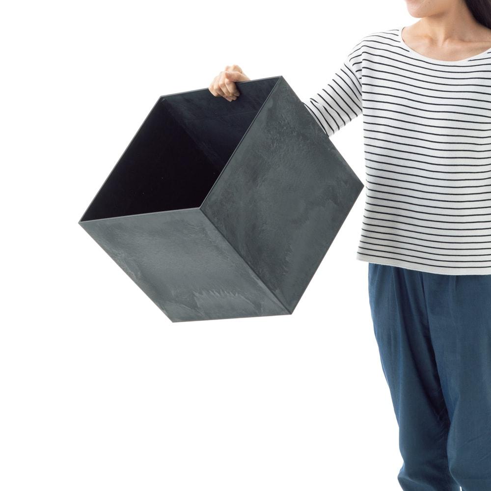 アートストーンプランター キューブS 片手で持てるほどの軽さが自慢です。