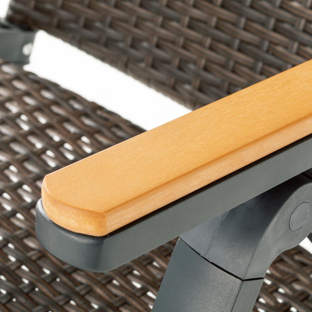 ファーストクラスファニチャー 正方形3点セット チェアのアームにも人工木を使用し、高級感があります。