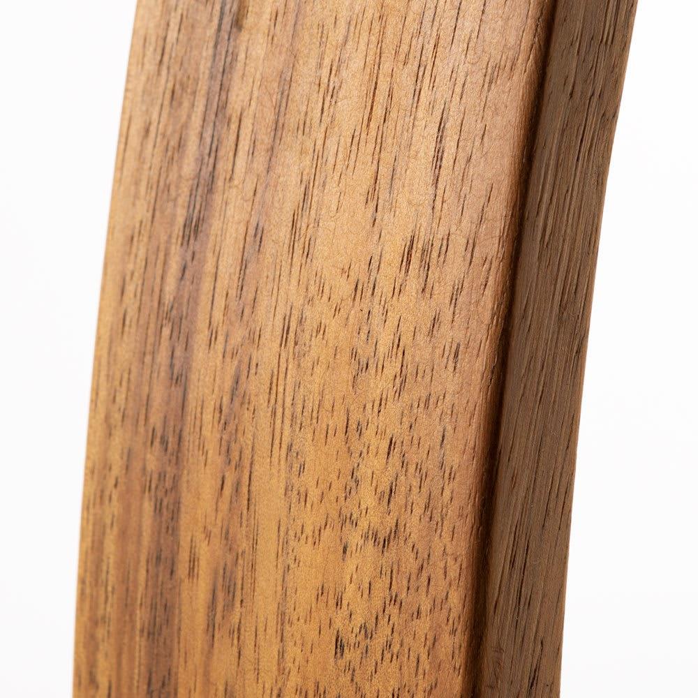 英国風クイーンベンチ 幅120 アカシアの天然木を使用。深みのある色合いを持ち、重厚で高級感のある素材。耐久性にも優れています。