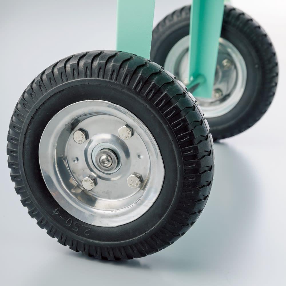 ガーデントロリー 頼もしいタイヤ付きでスムーズに移動。デザイン性もグッド。