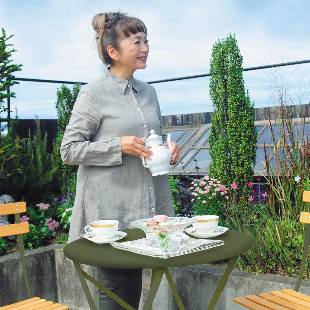 フランス製ビストロシリーズ オリジナルカラー ナチュラルチェア1脚 ガーデングリーンなら、どんな花色でもコーディネートに失敗がありません。青空の下お茶をいただけば幸せな気分に浸れます。