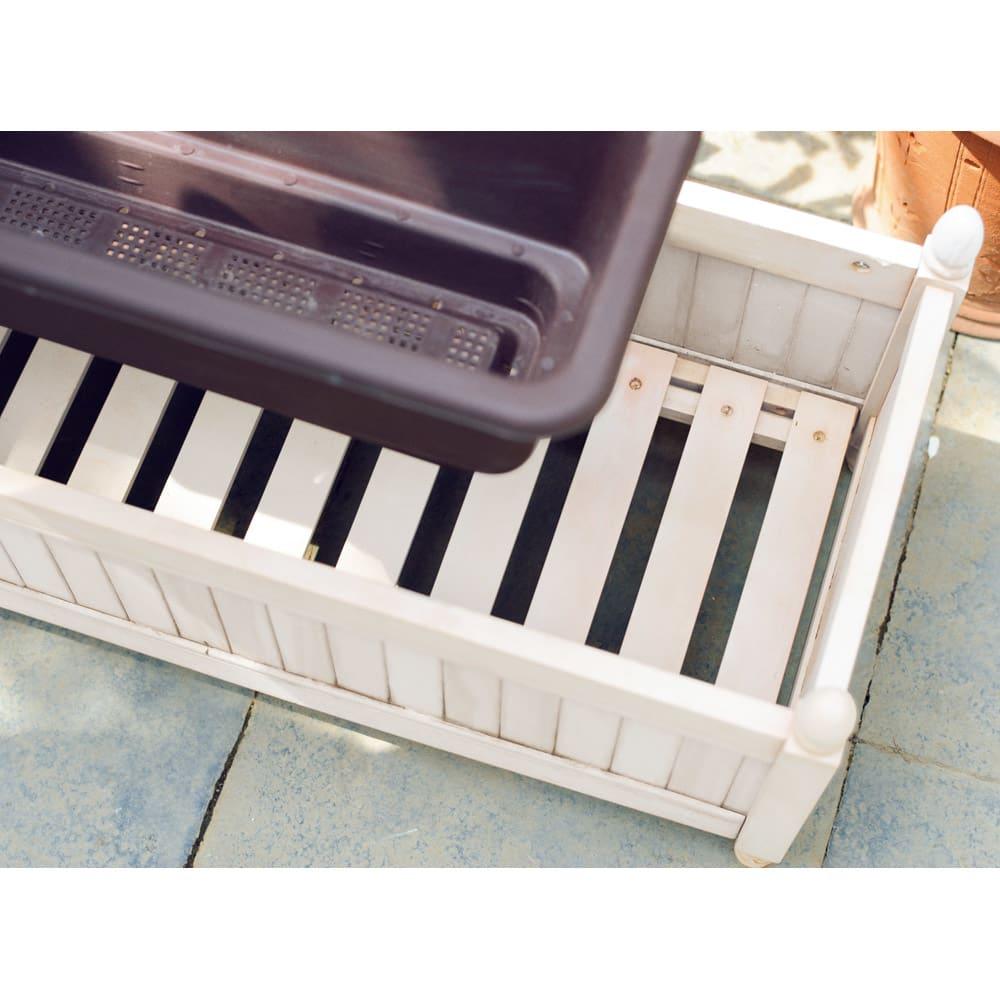 アンティーク風プランターカバー 1個 取り外し可能なスノコ状の底板付きで、水はけに配慮されています。長方形のプランターはもちろん、丸型プランターを複数個置いても。