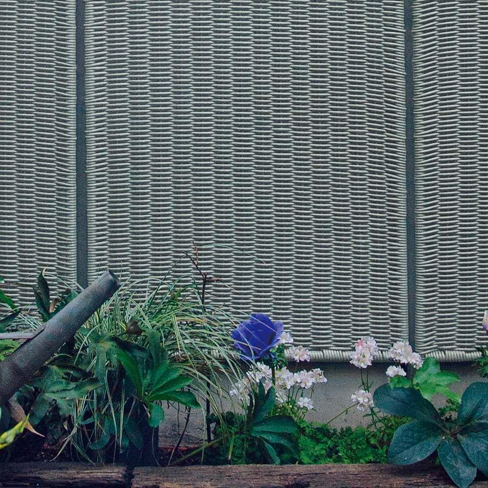 ラタン調フェンスシリーズ 高さ180cm 「新色のブルージュは、どんな花も葉も際立ちます」と吉谷さん。色ムラをつけてラタンの自然な質感を表現しています。