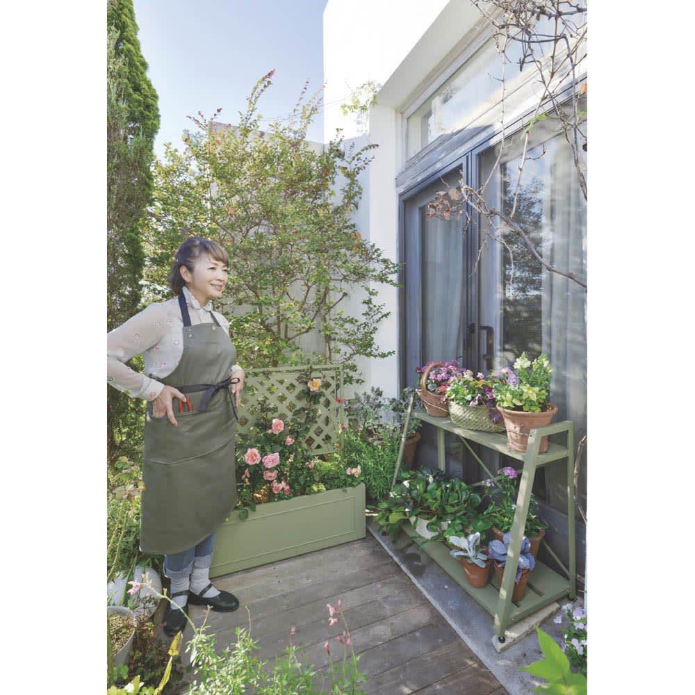 欧風収納庫〈セージグリーン〉 高さ95cm KEIKO YOSHIYA…英国園芸研究家、ガーデン&プロダクトデザイナー。7年間の英国滞在経験を生かしたガーデンライフを提案している。