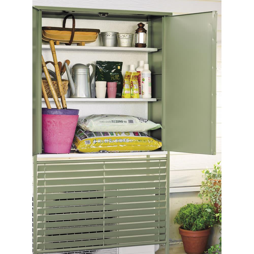 欧風室外機カバー 収納庫付き 土や肥料を収めるのに便利な収納庫付き。棚板の手前にスペースがあるので、柄が長めのツールも収めることができます。