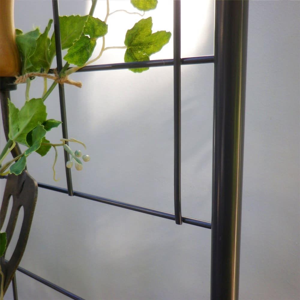 プランター台付きワイドトレリス 幅89cm パーゴラ付き グリーンを引き立てるダークグレー色で仕上げました。