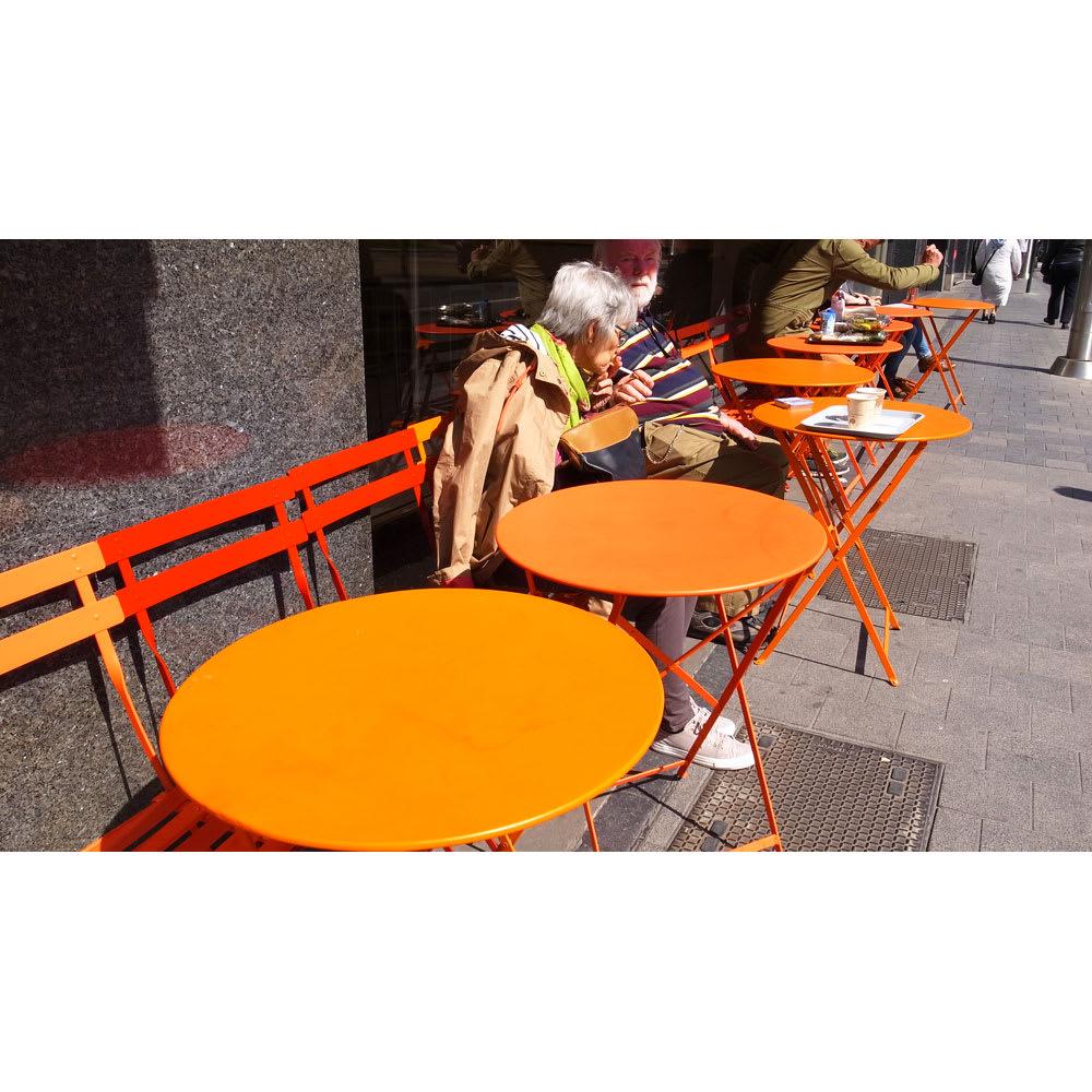 フランス製ビストロテーブル ヨーロッパの街角でも、テーブルとチェアでカラーコーディネートされていました!