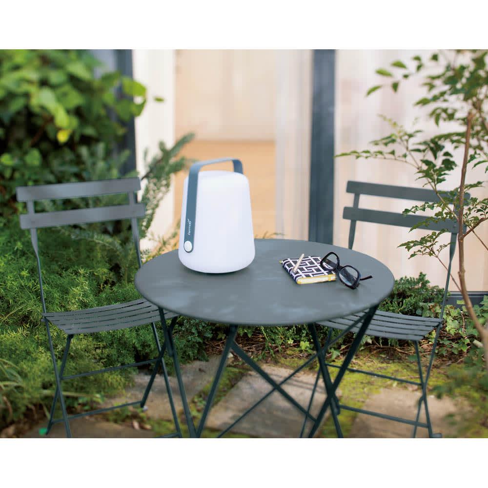 フランス製ビストロテーブル 使用イメージ ストームグレー
