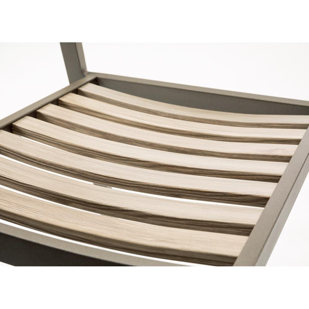 木目グレーアルミファニチャー 5点セット(長方形テーブル×1、チェア2脚組×2) 曲線が体にフィットする絶妙な座り心地。