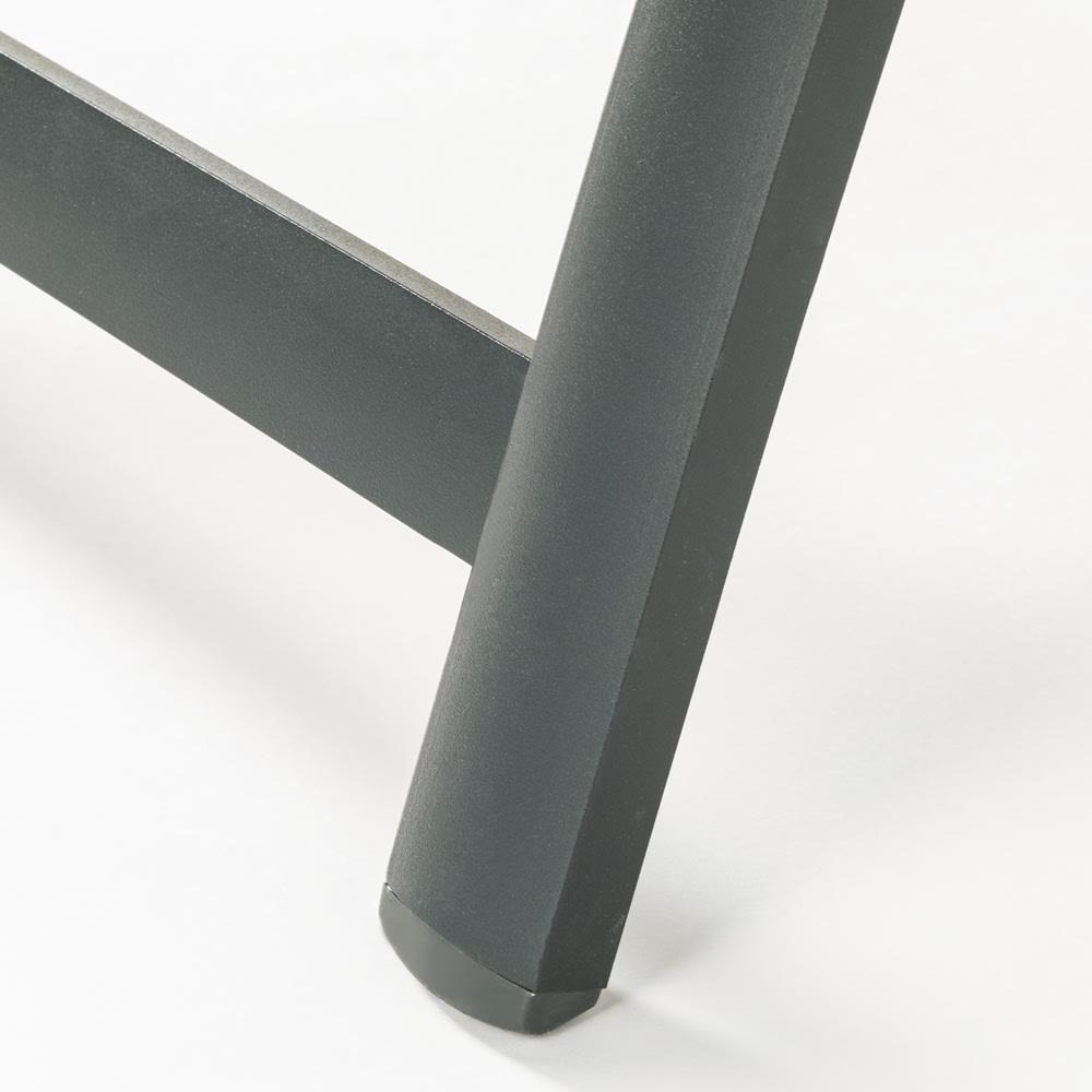 ファーストクラス フットレスト付きデッキチェア フレームは、サビに強く耐久性にも優れたアルミ製。軽量で持ち運びもスムーズです。