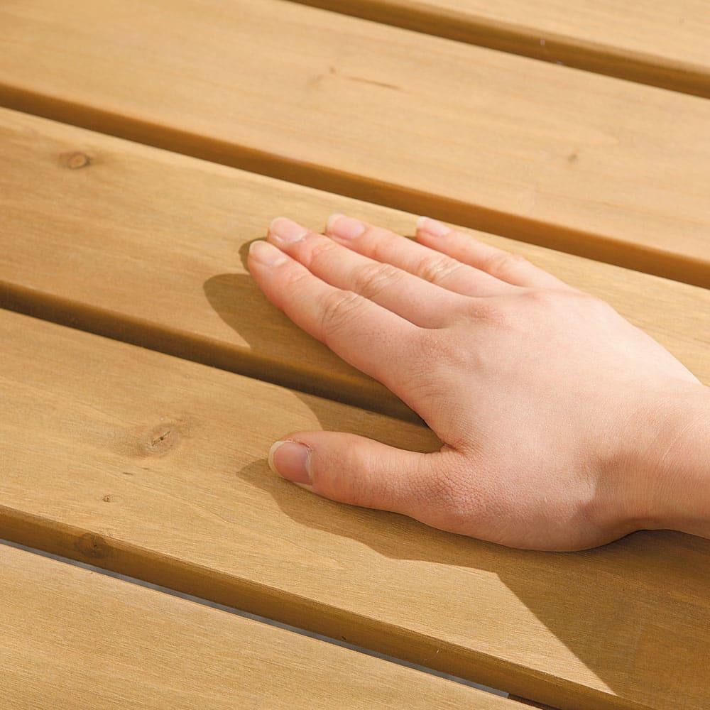 天然木アルミフレームデッキ 1.0坪セット 天然木貼りで日が当たっても熱くなりにくく、直接座っても、素足でも快適です。