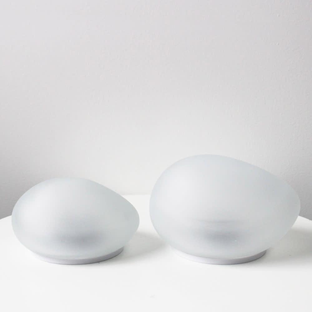 LEDソーラーストーンライト Mサイズ1個・Lサイズ1個 [消灯時]左からMサイズ、Lサイズ
