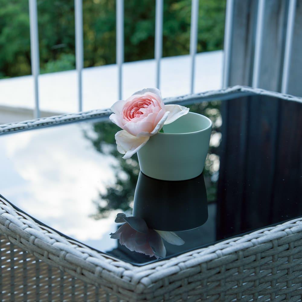 ラタン調コンパクトシリーズ〈ライトグレー〉 テーブル&チェア3点セット 映り込みが美しい高級感漂うガラス天板。