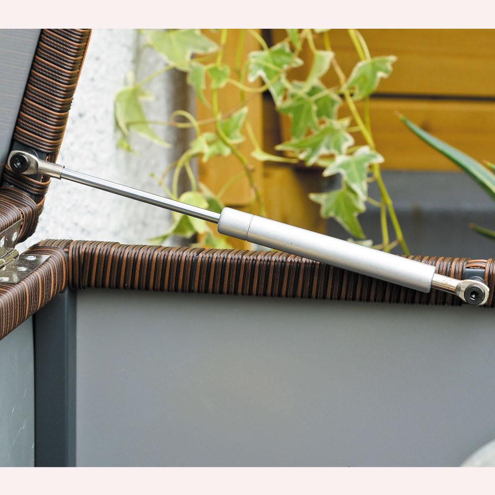 組立不要 ラタン調ゴミ保管庫 幅130cm ペール4個付き ダンパー付きで軽い力で開閉可能。
