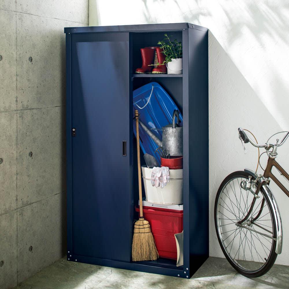 オールネイビー引き戸物置 ライト付き レギュラーハイタイプ 開閉に場所を取らない引き戸。