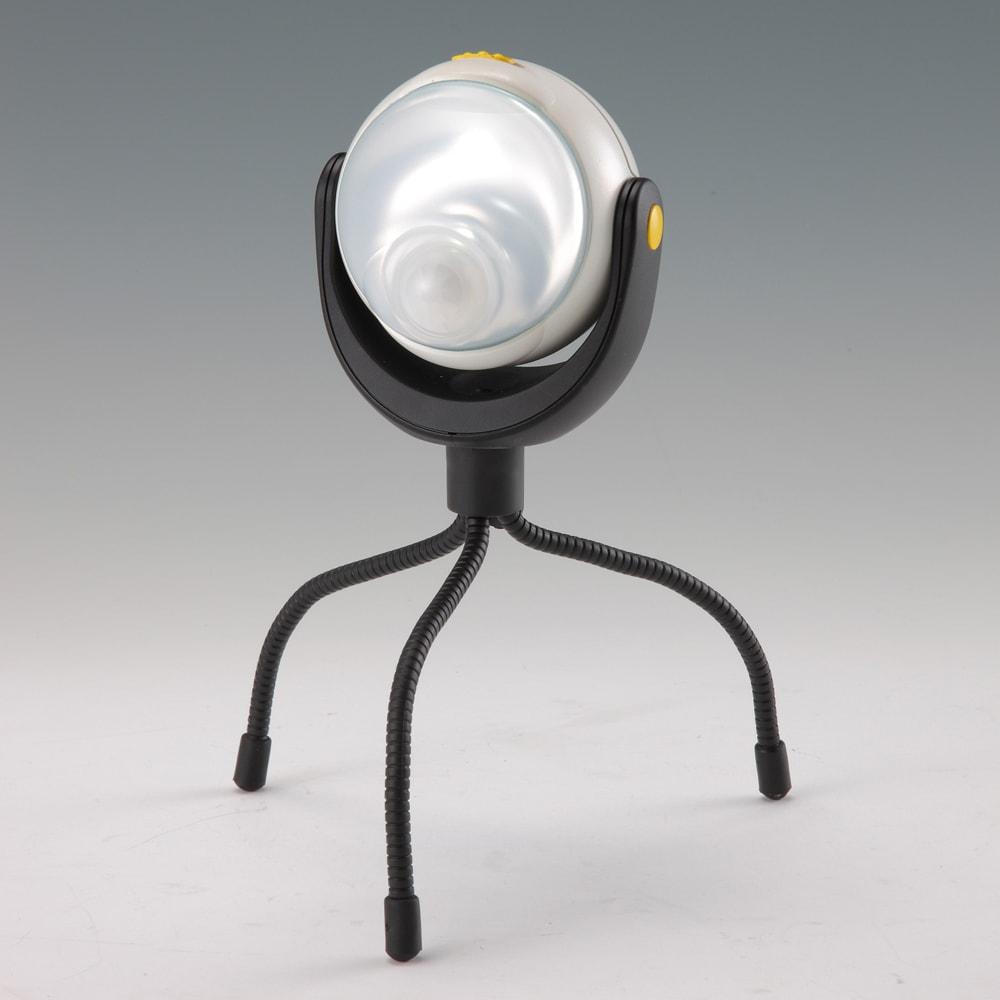 オールネイビー引き戸物置 ライト付き レギュラーハイタイプ 付属のセンサーライトは、ワイヤーアームで巻きつけたり立てたり自在です。