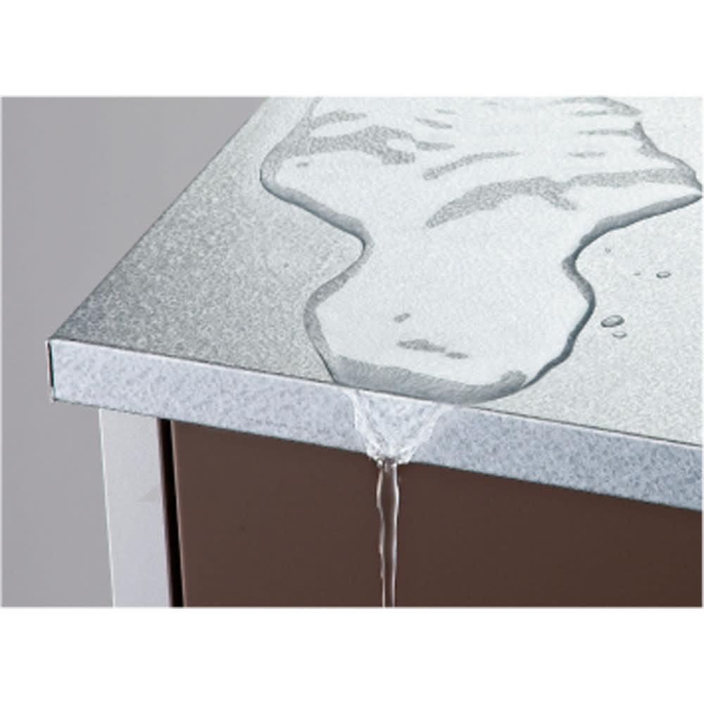 ガルバ製物置スリムタイプ 幅52.5高さ140cm 天板は雨が入りにくい作りにしました。