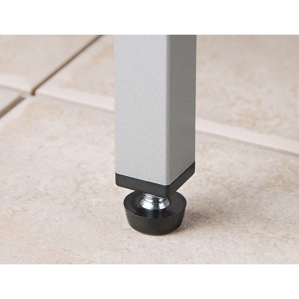ガルバ製物置 レギュラータイプ 幅91.5高さ95cm 設置場所の傾斜に対応して水平を保つ、アジャスター付きの脚。