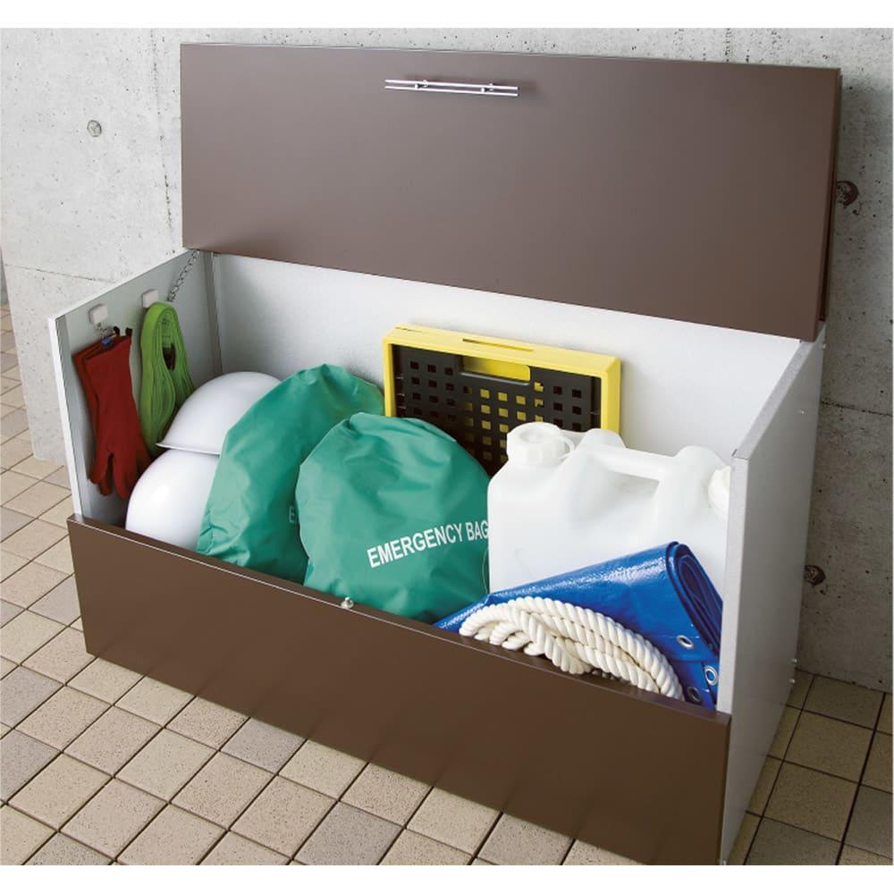 ガルバ製ゴミ保管庫 レギュラータイプ 幅69奥行55cmペール付き 非常用品はすぐに持ち出せる場所に置くのが鉄則。玄関先で常備しておきましょう。 写真は幅100奥行55cmタイプ。