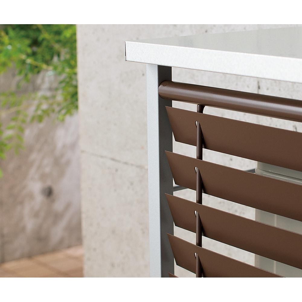 ガルバ製逆ルーバー室外機カバー 3段棚付き 室外機から出た熱風を上に吹き出す逆ルーバー。ベランダに熱がこもるのを防止し、植物にやさしい環境に。